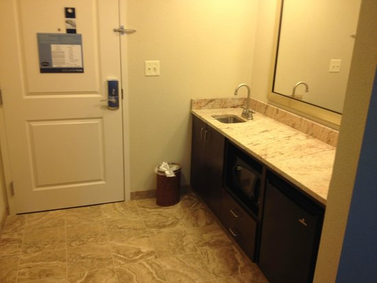 Hampton Inn & Suites Rochester / Henrietta: Entry/Food Prep area - King Suite with Sofa Bed