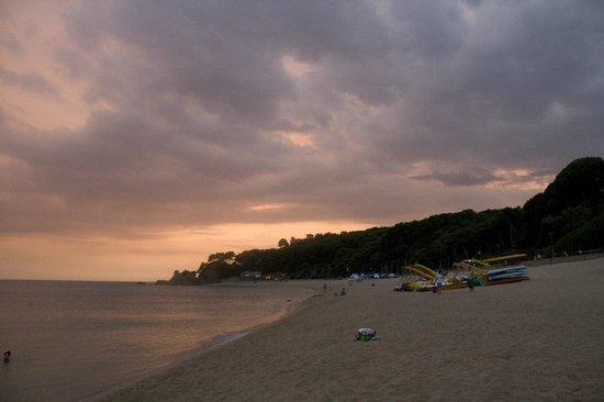 Hotel Costa Brava Blanes: Закат в Йорете на не городском пляже