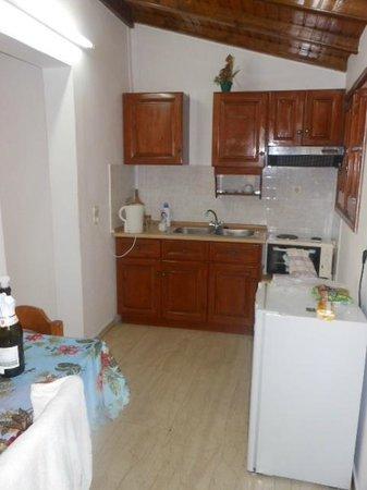 Takis Apartments: Kitchen area