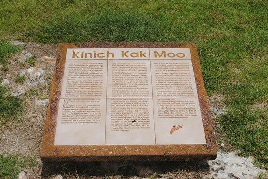 Izamal  Ruins : Explicación de CONACULTA de Kinich Kak Moo