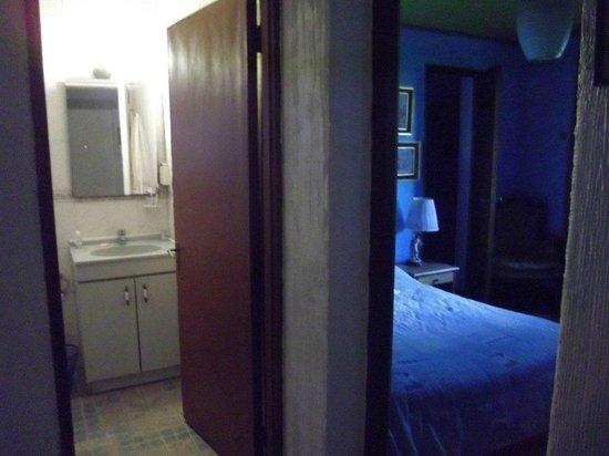 Magda House: Vista del pasillo a habitacion doble y baño