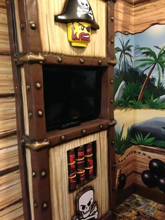 LEGOLAND California Hotel: TV in front of bunk beds