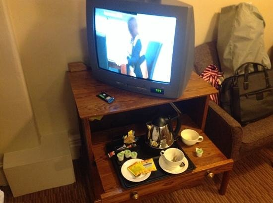 The Met Hotel Leeds : old TV, broken biscuits, no tea, just coffee