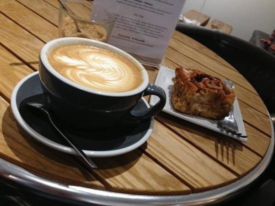 Hot Numbers Coffee : Coffee made with Ethiopian Sidamo beans & Chelsea bun