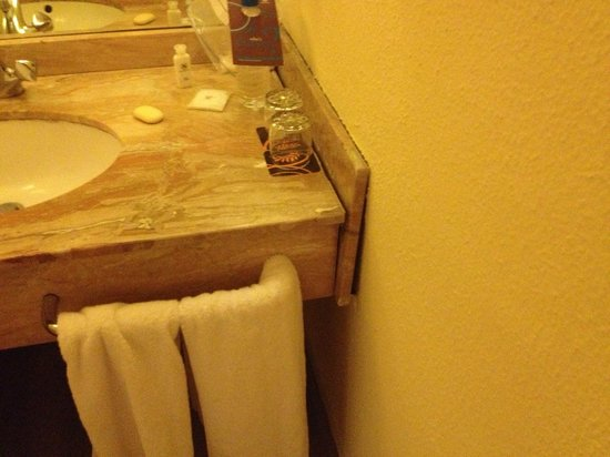 Sheraton Abuja Hotel : Broken sink surround.  I had to scrub the marble when I checked in, there was caked up dirt.