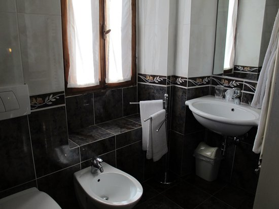 Relais Cavalcanti : The bathroom in the Botticelli room is immaculate.