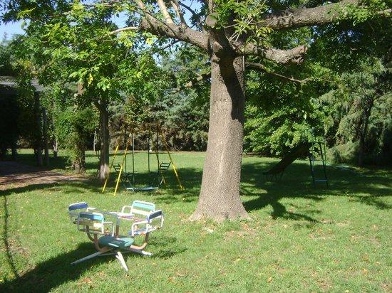 La Posada de los Sueños: parque enfrente a la pileta