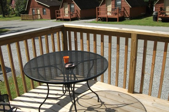 Foothills RV Park & Cabins: Front porch with patio set
