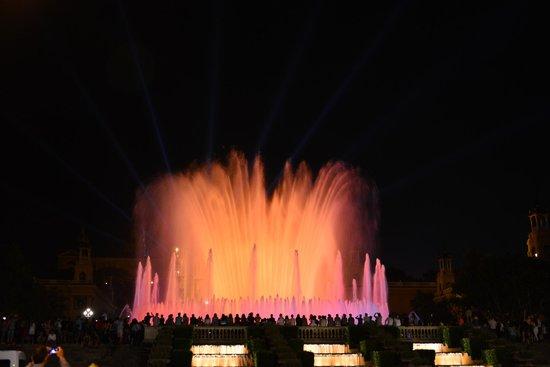 ปาร์คเดอร์มุงต์จุยค์: Montjuic Fountain Show from across the street