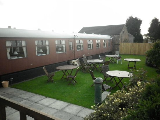 The Sidings Hotel: Trainspotters beer garden!