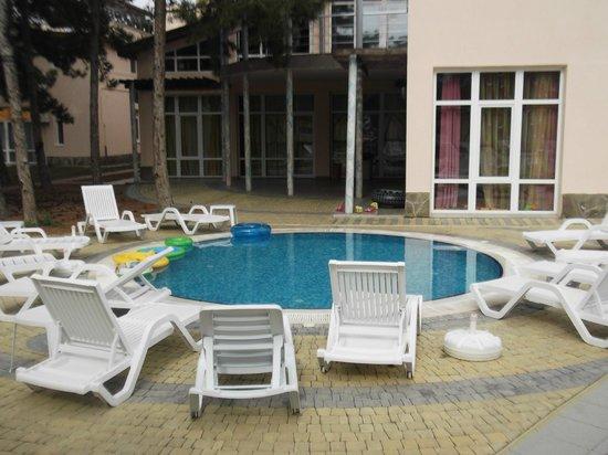 Mar Le Mar Club: Детский бассейн возле корпуса с игровыми комнатами для детей и подростков