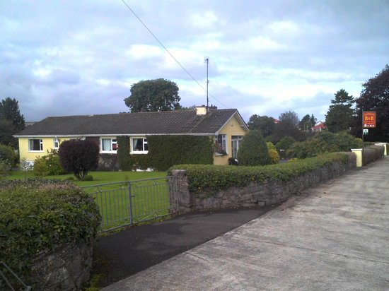 An Daingean : View of the side yard.