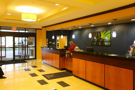 Fairfield Inn & Suites Cumberland: Lobby Desk