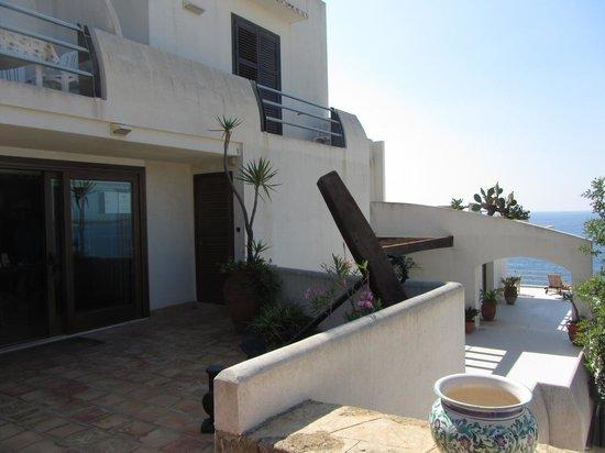 La Rosa sul Mare : Reception-Bereich, oben Zimer mit Balkon