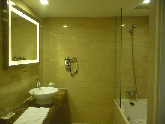 Novotel Singapore Clarke Quay: Bathroom