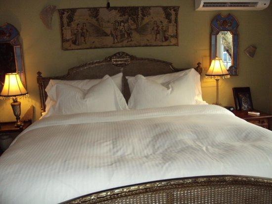 Elm Creek Manor: Bed w/fine linen