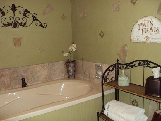 Elm Creek Manor: Powder Room w/tub