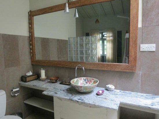 Hibiscus Villa: Bathroom for garden facing room