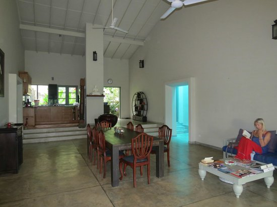 Hibiscus Villa: The main space looking from garden end