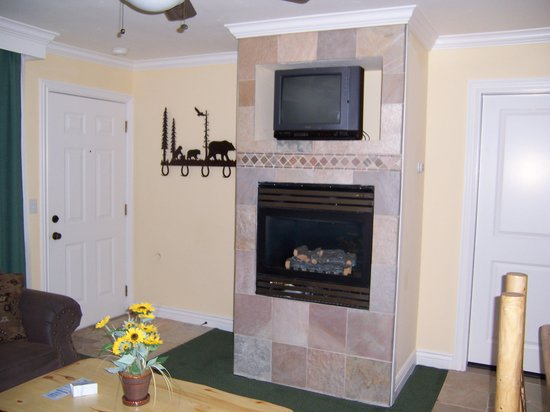 Mark Twain Lodge : Fireplace in Suite