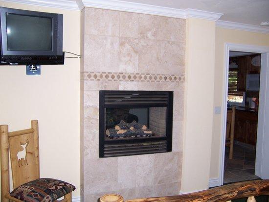 Mark Twain Lodge : Suite & Fireplace