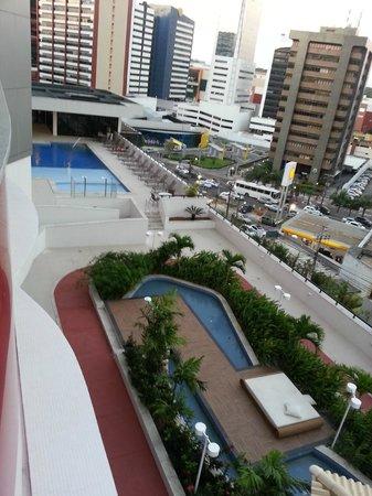 Mercure Salvador Boulevard: área da piscina vista do quarto