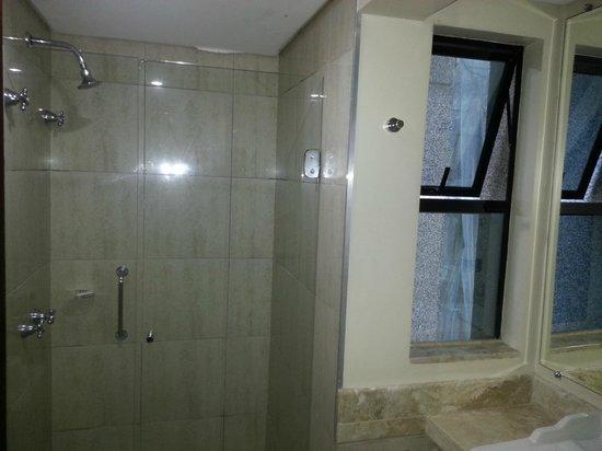 Mercure Hotel Curitiba Centro: basculante que deixa ver o interior do banheiro