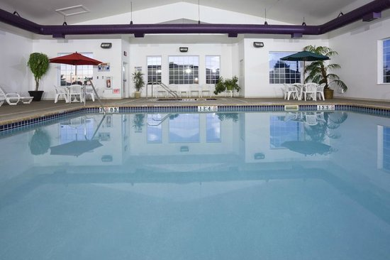 Crossings by GrandStay Inn and Suites Becker: Swimming Pool