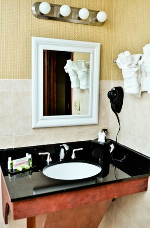 Pacer Inn and Suites: Full vanities with appliaces