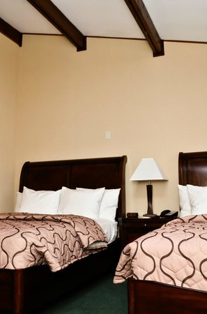 Pacer Inn and Suites: Double Quee beds