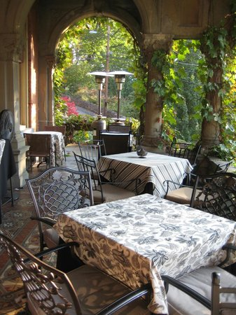 Harry Packer Mansion Inn: Patio with stunning views of the mountains