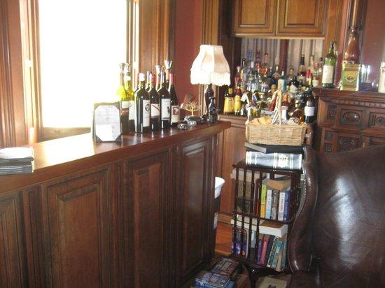 Harry Packer Mansion Inn: Bar and coffee/tea area