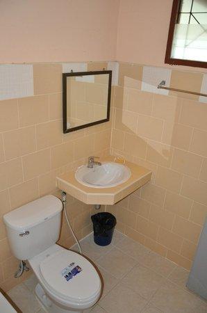 تشارم بيتش ريزورت: Family Poolside Bungalow bathroom