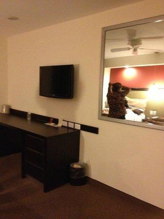Hotel Catedral: Tocador y tv