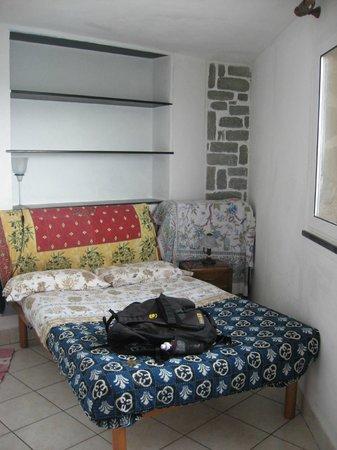 Elisabetta Carro: small room, slightly uncomfortable bed