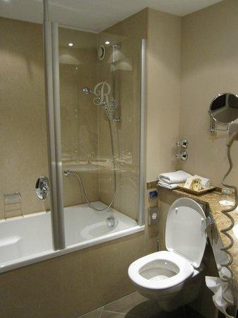 Best Western Premier Hotel Rebstock: shower