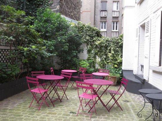 Hotel Donjon Vincennes: courtyard