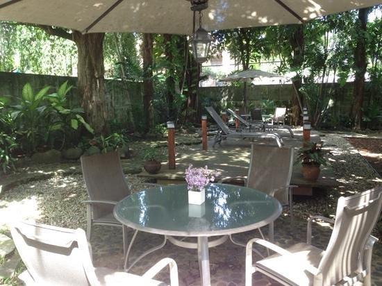 Baru Lodge: acogedor jardín para tomar desayuno