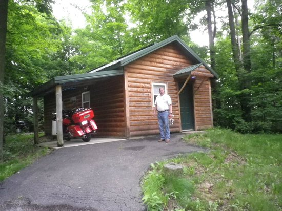 Blue Highway Motorcycle Lodge: Our cabin with covered parking for the bike