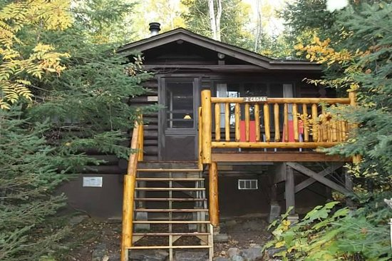 Bearskin Lodge: Cabin - this is the backside that faces the lake.