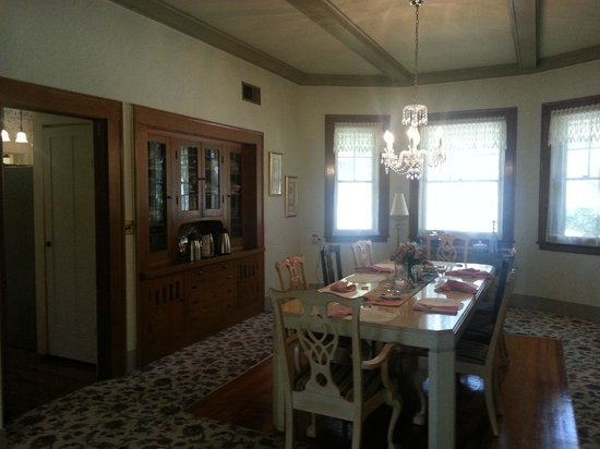 Magnolia House Bed and Breakfast: Note: Breakfast is served at a set time with all guests. Can be limiting on a tight schedule.