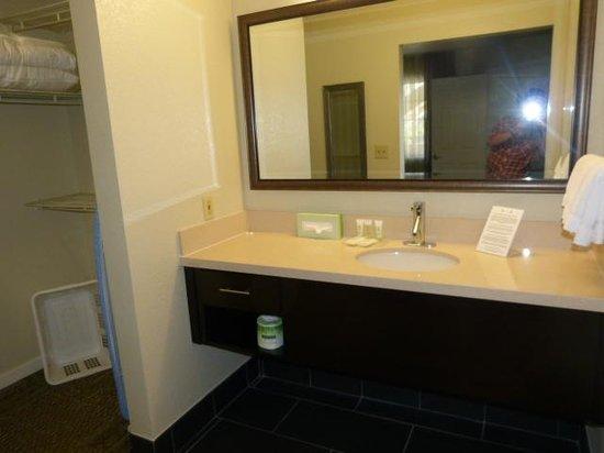 Staybridge Suites Torrance : Bedroom 2 Washbasin area