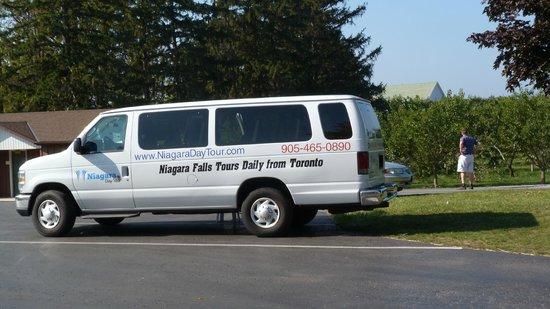 Niagara Day Tour: Tour Bus