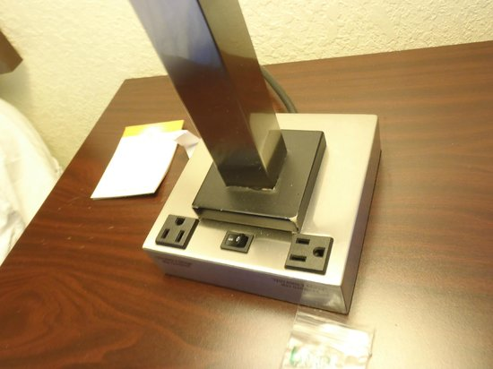 La Quinta Inn & Suites Boston Somerville : desk with outlets