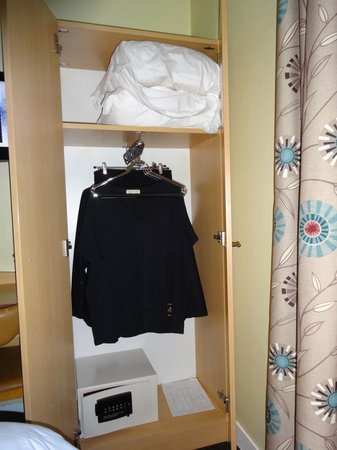 Hotel Eiffel Turenne : Room closet and safe