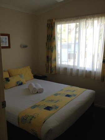 Alex Beach Cabins & Tourist Park: master bed in the two bed room villa