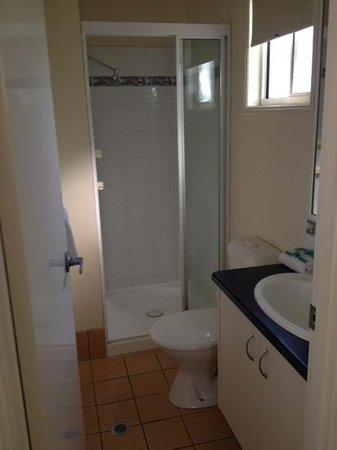 Alex Beach Cabins & Tourist Park: bathroom in 2 bedroom villa
