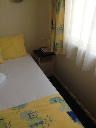 Alex Beach Cabins & Tourist Park: narrow space around master bedroom in 2 bedroom villa