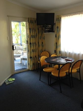 Alex Beach Cabins & Tourist Park: lounge in 2 bedroom villa