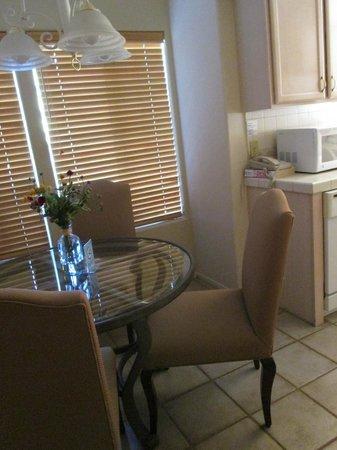 Oasis Villa Resort : Dining area in the condo